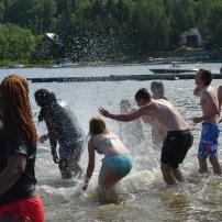 Jey trouvait l'eau trop froide. Alors les étudiants ont couru après Jey pour le lancer dans l'eau puis l'arroser.