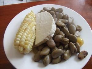 food-in-ecuador-choclo-con-queso